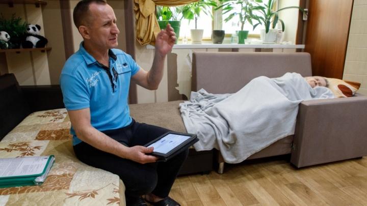 Волгоградец на руках с парализованной мамой стал заложником крошечной коммуналки
