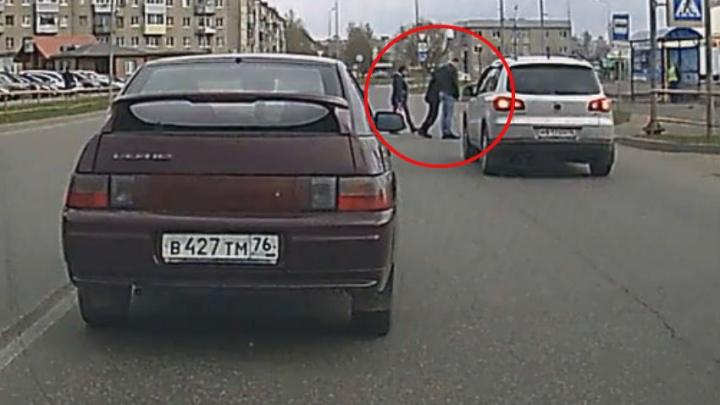 В Рыбинске водитель внедорожника остановился, чтобы перевести дедушку через дорогу