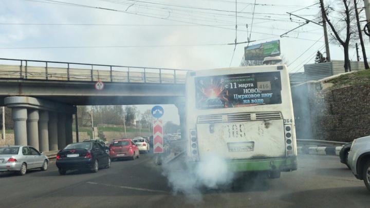 Ярославцы засняли «дымящийся» автобус: видео