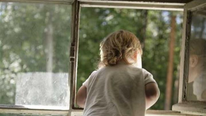 В Коряжме ребенок выжил, выпав из окна пятого этажа