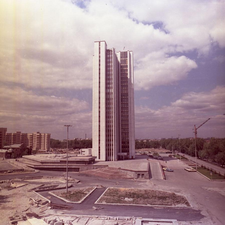 Правительство области, тогда Дом Советов, заселили в 1984 году.