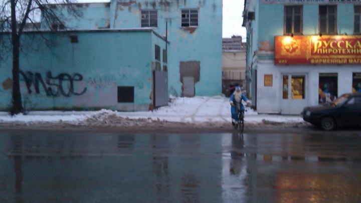 Праздник к нам приходит: по Рыбинску катается Дед Мороз на велосипеде