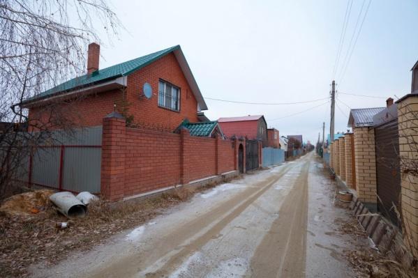 На пути дороги в садах встают и капитальные дома, в которых люди живут круглый год