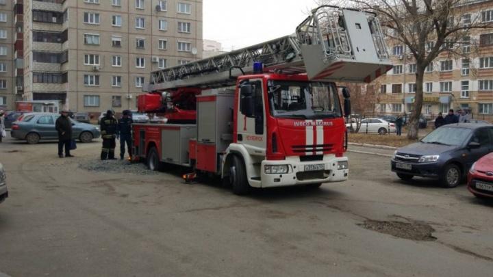 «В неё даже дети падали»: пожарная машина провалилась в коммунальную яму в челябинском дворе