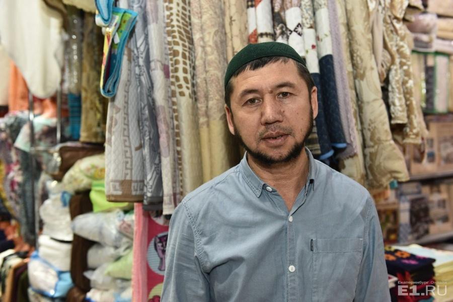 Мурадыр торгует пледами и постельным бельём.