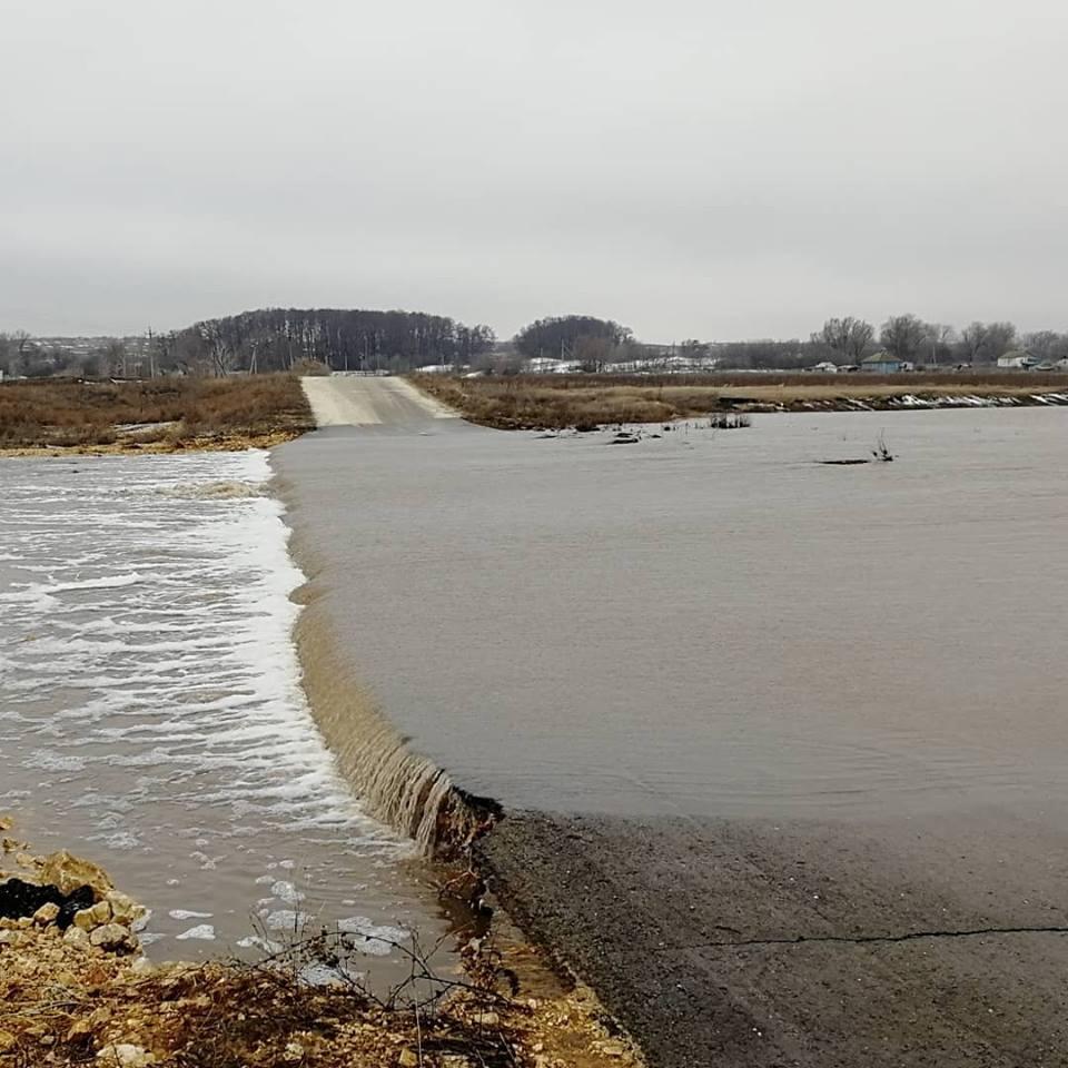 Большая вода пришла к жителям Фролово вчера вечером