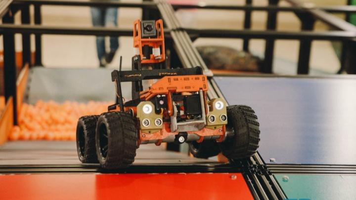 Дымовая завеса, датчики тепла и лестница: репортаж из Технопарка, где появился полигон для битвы роботов