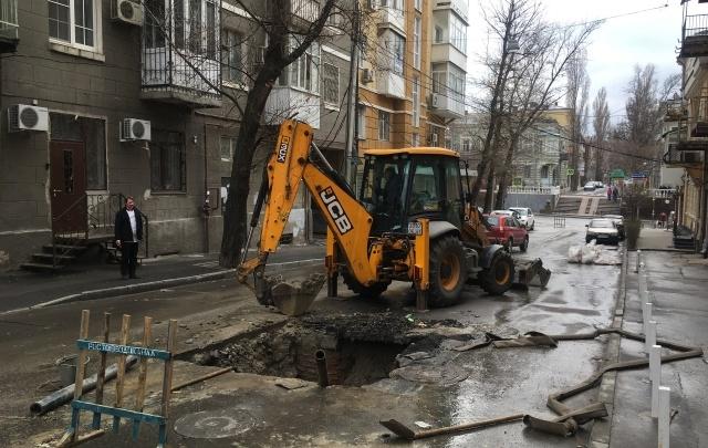 Из-за провала посреди дороги в Ростове пришлось на время перекрыть переулок Газетный