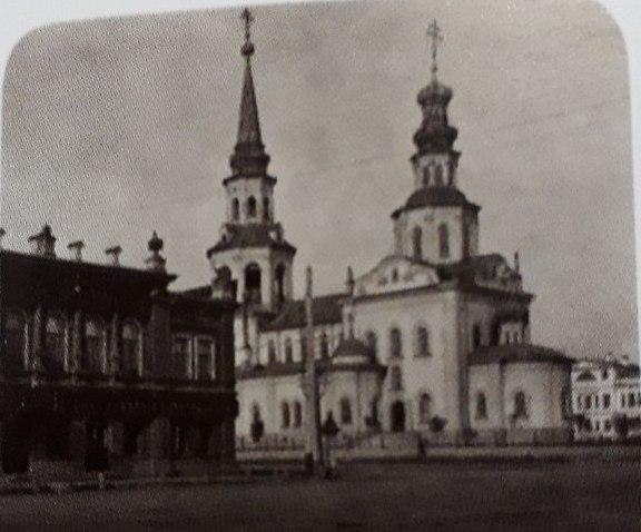 Это Екатерининский собор, а про усадьбу, которая стоит слева, речь пойдёт ниже, запомните её полукруглые окна.