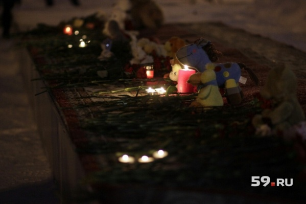 Сегодня весь вечер люди несут цветы и свечи к памятнику Уральским добровольцам