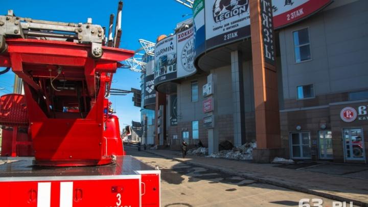 Загорелась столовая: из самарского ТЦ «Вертикаль» эвакуировали около 100 человек