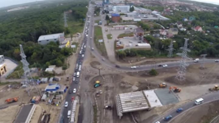 Самара в дорожной петле: движение автомобилей на Демократической сняли с коптера