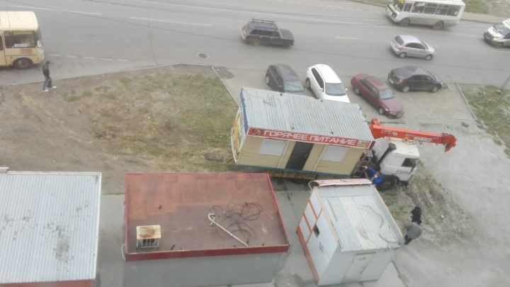 «Броуновское движение»: остановку в челябинском микрорайоне заставили незаконными киосками