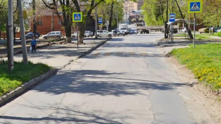 На улице Зеленодольской автомобиль на зебре сбил девушку