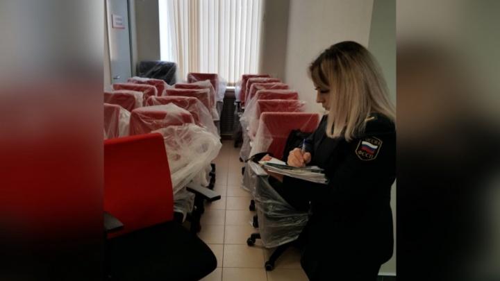 В офисе ярославского банка арестовали мебель за долг в 300 рублей