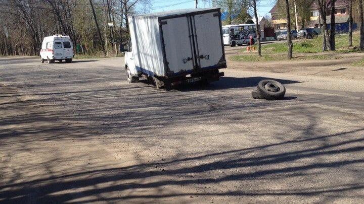 В Брагино автофургон потерял в яме колесо