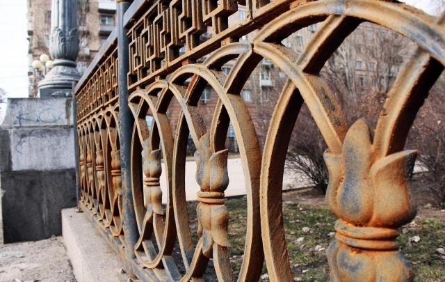Ржавый символ центра Волгограда: историческую ограду сменила дешевая подделка