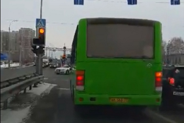 Водитель автобуса с крайнего левого ряда перестроился вправо