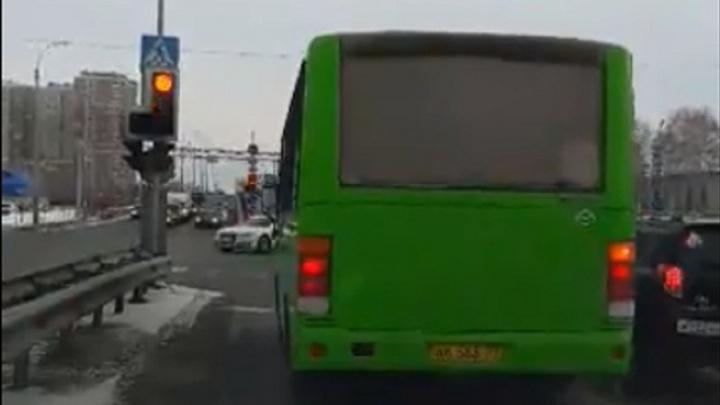 Тюменец подловил водителя автобуса на нарушении, но в ГИБДД с ним не согласились