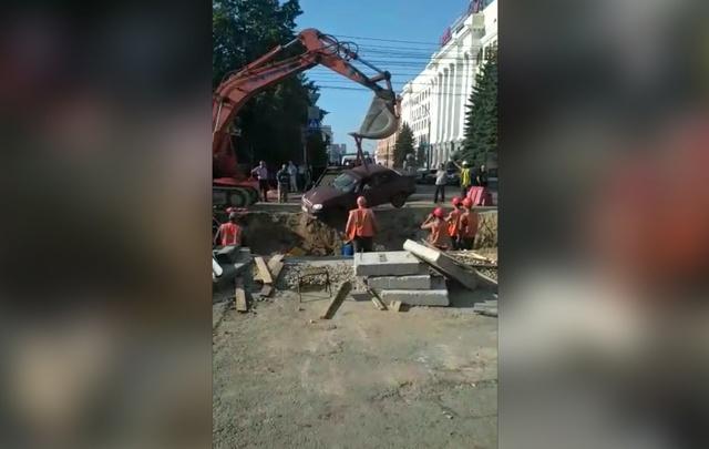 Возле челябинской мэрии машина упала в траншею, где находились рабочие