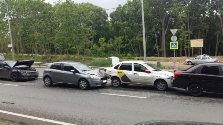 Один за другим: на выезде из Самары столкнулись 4 автомобиля