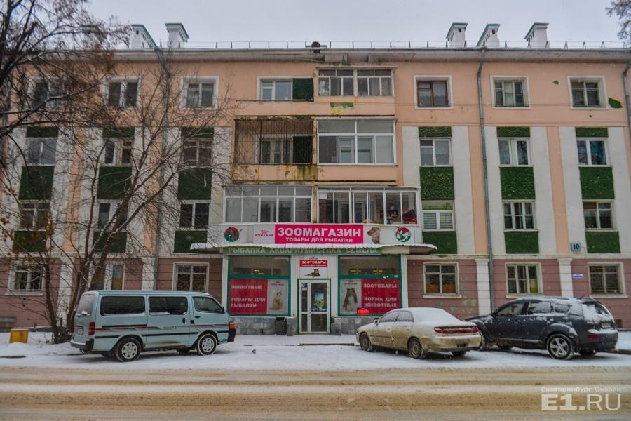 В доме, по словам Евгения, хорошие квартиры с хорошими планировками, сразу понятно, что его создавали для элиты того времени