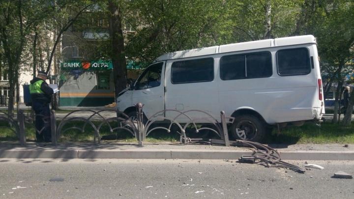 В Тюмени на улице Республики маршрутка врезалась в дерево: есть пострадавшие