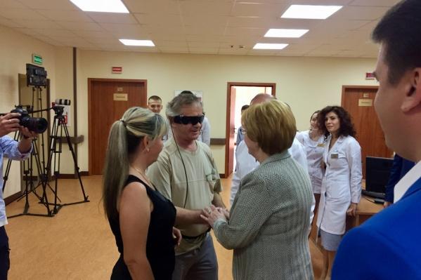 Вероника Скворцова навестила первого пациента Григория Ульянова после активации импланта