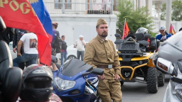 Больше 500 «Наследников Сталинграда» промчались по центру Волгограда на ретромашинах и байках