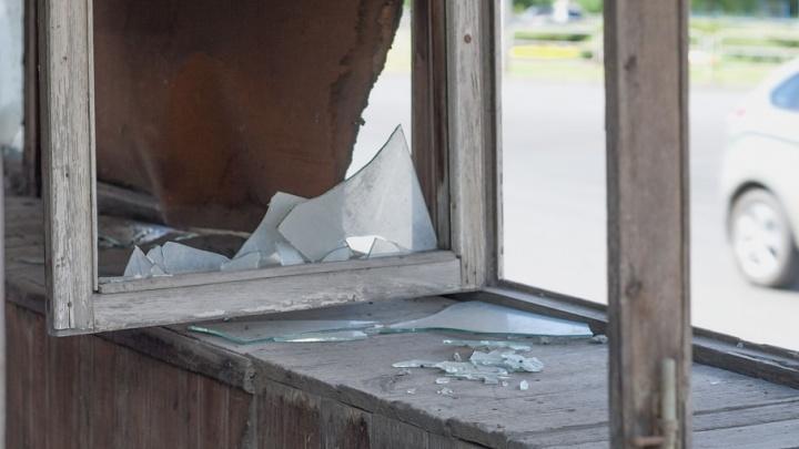 Хулиганы разгромили здание управляющей компании в Челябинской области