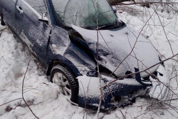 Автомобиль скатился в правый кювет