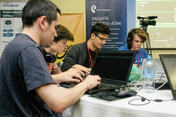 За победу в финале сразились 16 команд молодых антихакеров из России, Австрии, Вьетнама, США и Португалии
