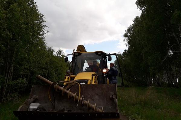 Спецтехника заехала на площадку у деревни Томино в субботу, 10 июня