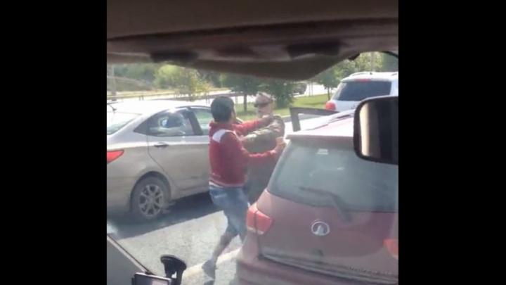 Дорожные войны: тюменец снял на видео драку между водителями маршрутки и иномарки