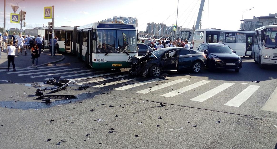 На переднем плане – предполагаемый виновник. Капот разбит при ударе об автобус.