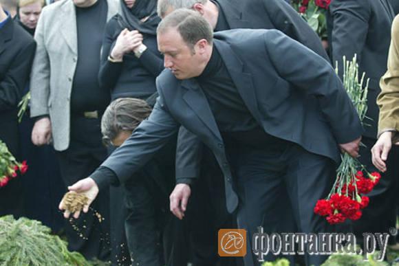 Депутат Госдумы Денис Волчек у могилы Константина Яковлева