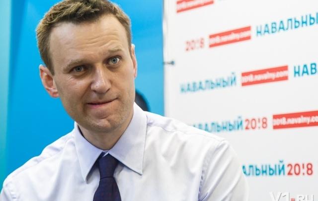Навальному в Волгограде чуть не оторвали ногу и подарили фашистскую каску