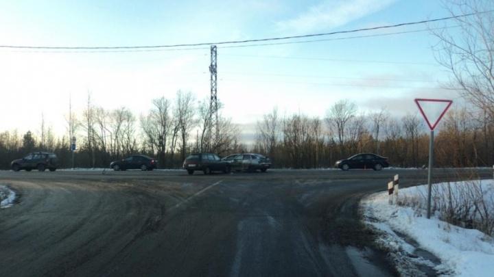 В Архангельске водитель «Форд-Фокуса» с легковушкой на буксире врезался в «двенадцатую»