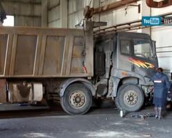 В челябинском гараже механика придавило грузовиком