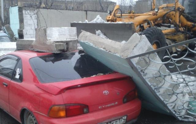 Магнитогорский тракторист, перепутав педали, уронил бетонный забор на две машины