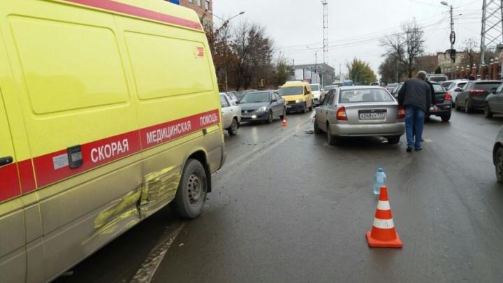 В центре Ростова водитель «Хендай-Акцент» протаранил машину реанимации с тяжелым пациентом