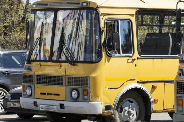 Нападавший разбил стекло в кабине водителя автобуса