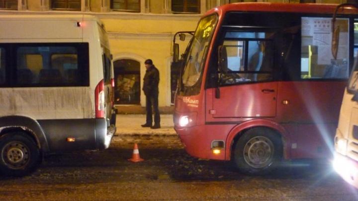 В центре Ярославля столкнулись две маршрутки с пассажирами: пострадала женщина