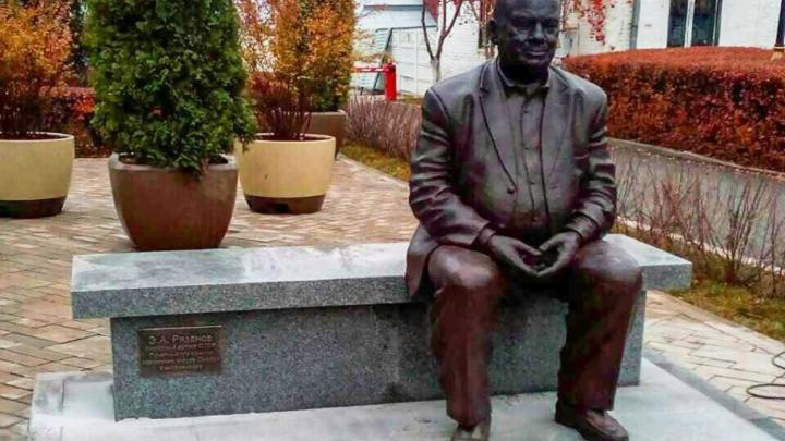 Эльдар Рязанов стал зрителем: в Самаре установили  скульптуру знаменитого режиссера