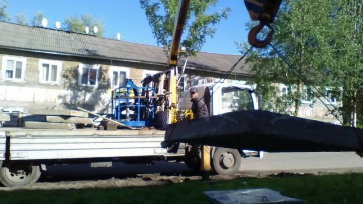 Тротуар из бетонных плит выложили у школы №69 в поселке Цигломень