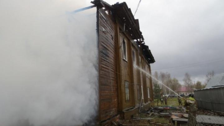 В Пошехонском районе сгорел огромный дом на несколько семей