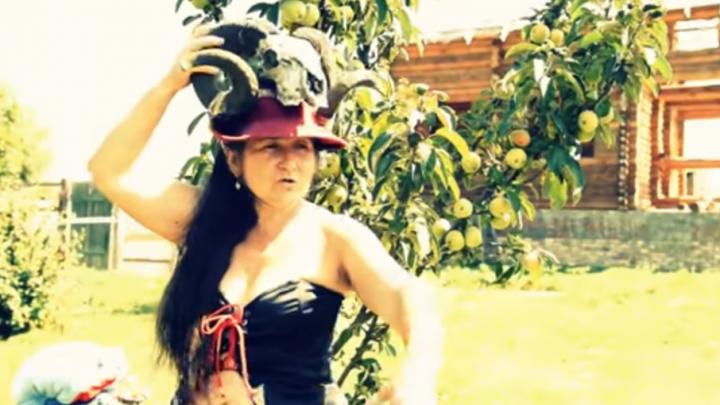 Сексуальные хуторянки и бараний череп: клип «донской амазонки» Аллы Пиксель показали на ТВ