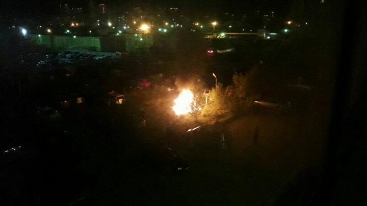 На парковке в спальном районе Челябинска вспыхнул кроссовер