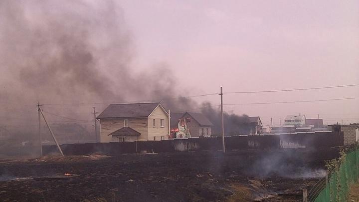 В Советском районе Волгограда сгорели дом, автосервис и две машины