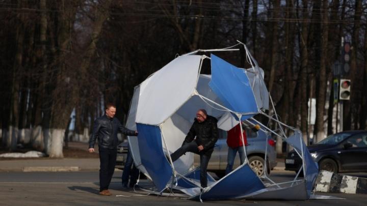 В центре Ярославля гигантский футбольный мяч сдуло ветром на проезжую часть